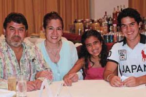 Laura Bonilla (Unilever) con su esposo Roberto Gutierrez y sus hijos Regina y Rodrigo